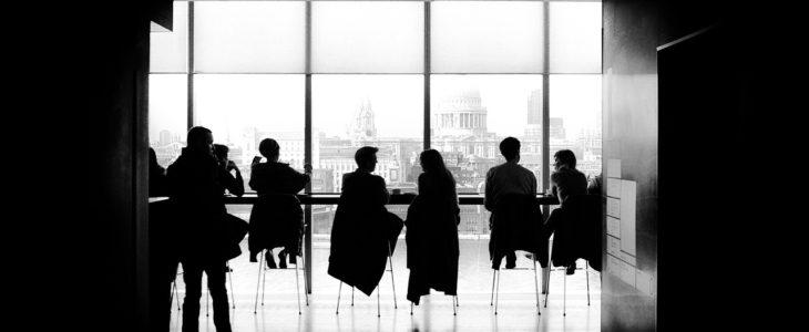 zebranie stół ludzie