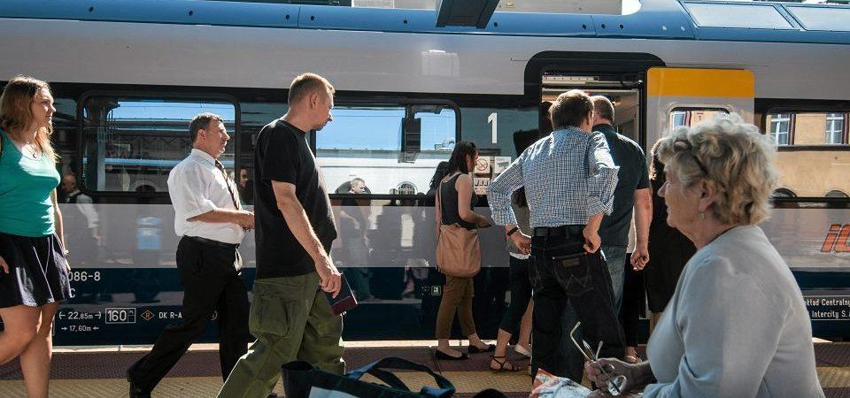 pasażerowie peron pendolino
